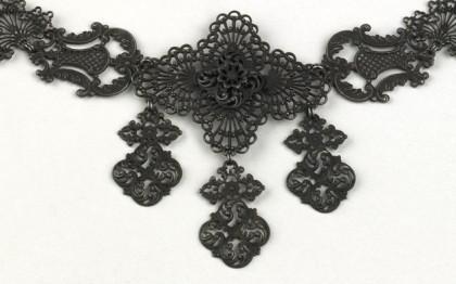 Collier à motifs de lyres