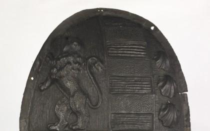 Blason de portail aux armes de la maison des Johanne de Lacarre, marquis de Saumery