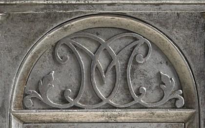 Serrure de coffre à façade de temple, monogrammée MCC